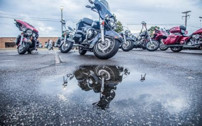 Comment bien conduire par temps de pluie en moto ? Précautions & Conseils