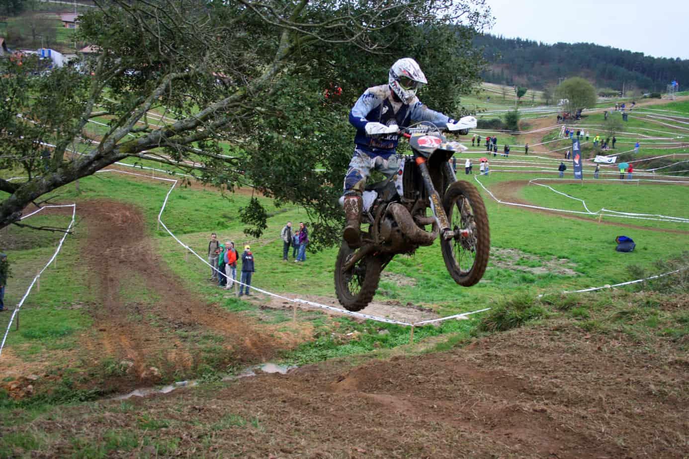 moto enduro sur circuit dans les airs